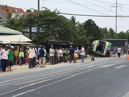 Lật xe buýt, 20 người thoát chết - ảnh 1