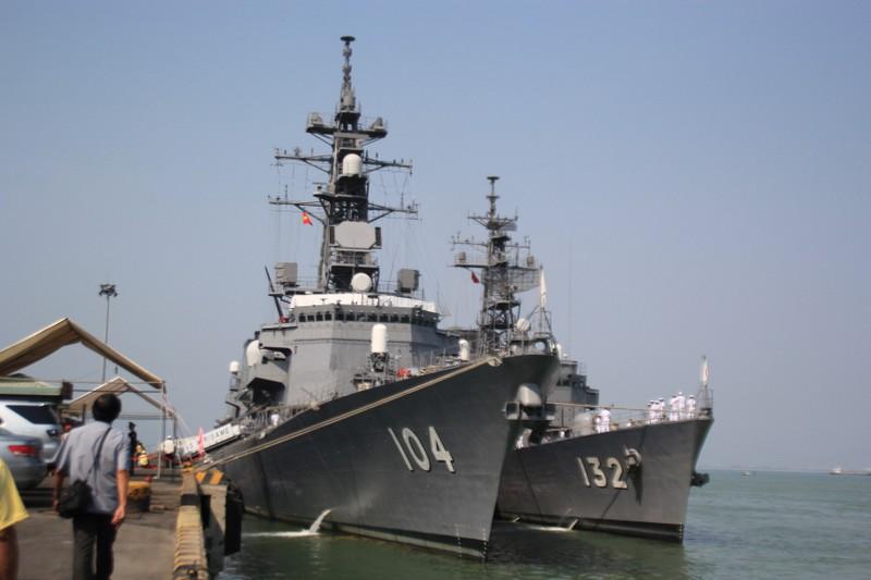 Hai khu trục hạm Nhật Bản mang vũ khí tối tân cập cảng Tiên Sa - ảnh 1