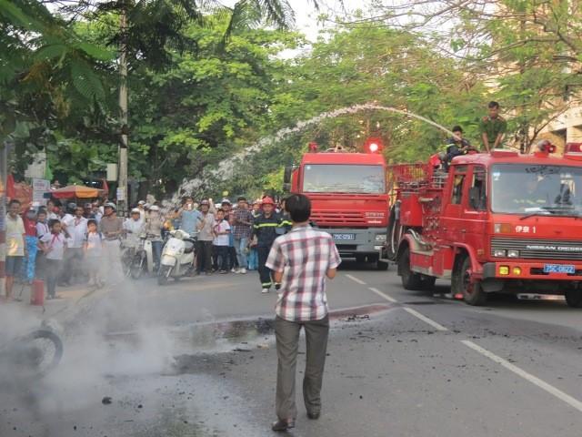 Xe máy bốc cháy trước cổng trường - ảnh 2