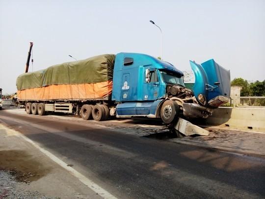 Tấm bê tông bị xe tải húc văng ra khiến xe container đi ngược chiều gặp nạn.