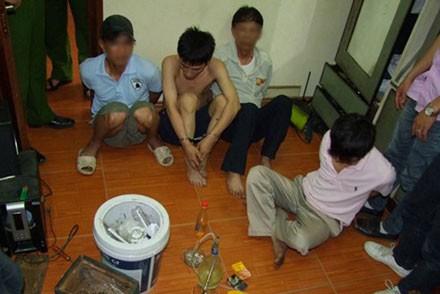 Đối tượng Trần Quốc Trung (cởi trần) bị bắt giữ cùng tang vật.