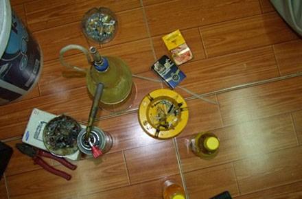 Đồ nghề để sử dụng ma túy đá tại nhà Trung.