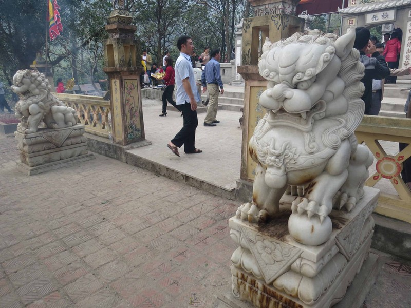 Phế bỏ sư tử đá lai căng ra khỏi đền thờ Liễu Hạnh - ảnh 1