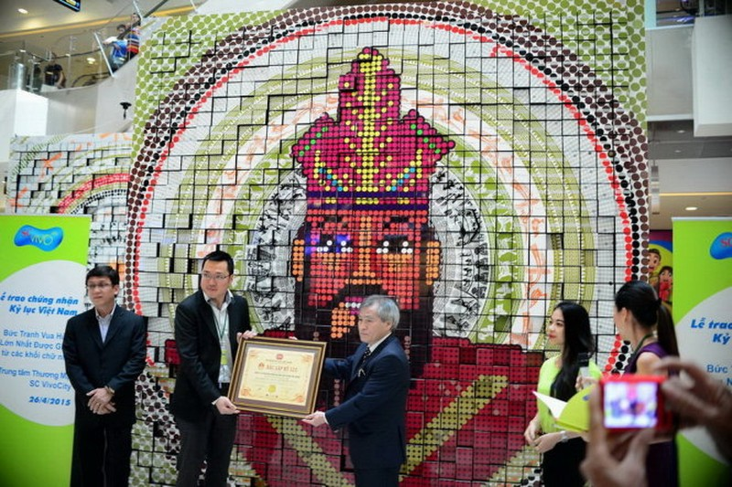 Bức tranh Vua Hùng lớn nhất được ghép từ các khối chữ nhật - ảnh 1