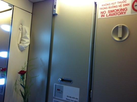 Toilet máy bay đều có cảnh báo Không hút thuốc, thậm chí còn ghi rõ Thùng rác có gắn thiết bị cảnh báo khói. Thế nhưng không ít hành khách điếc không sợ súng, vẫn trốn vào đây hút thuốc