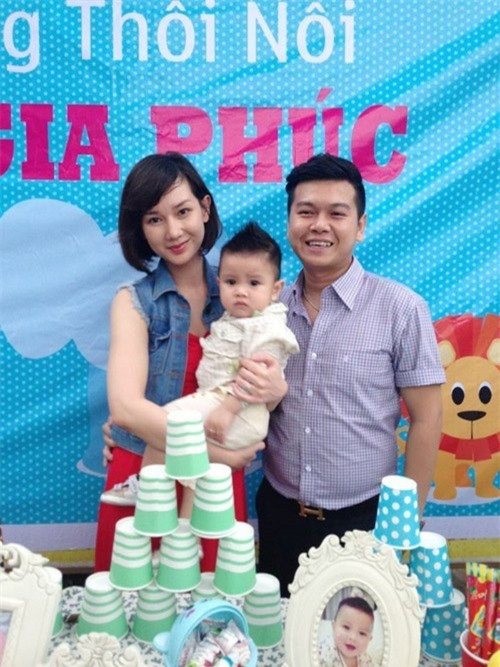 Vợ chồng Quỳnh Chi trong lễ thôi nôi con.