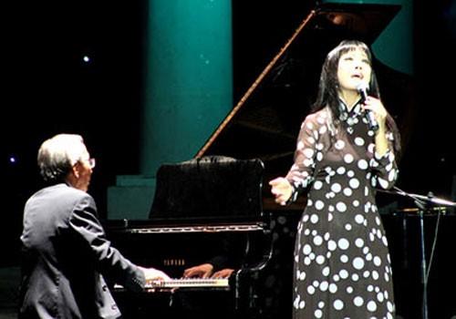 Nhạc sĩ Nguyễn Ánh 9 đệm đàn cho ca sĩ Ánh Tuyết