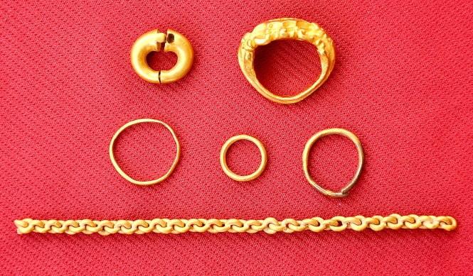 Những hiện vật bằng vàng được tìm thấy trong quá trình khai quật ở khu di tích Gò Tháp - Ảnh: V.Tr.