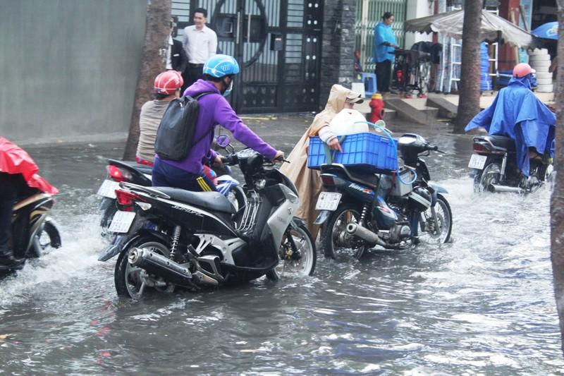 Mưa nửa tiếng đường ngập như sông, xe cộ bì bõm trong nước cống - ảnh 3