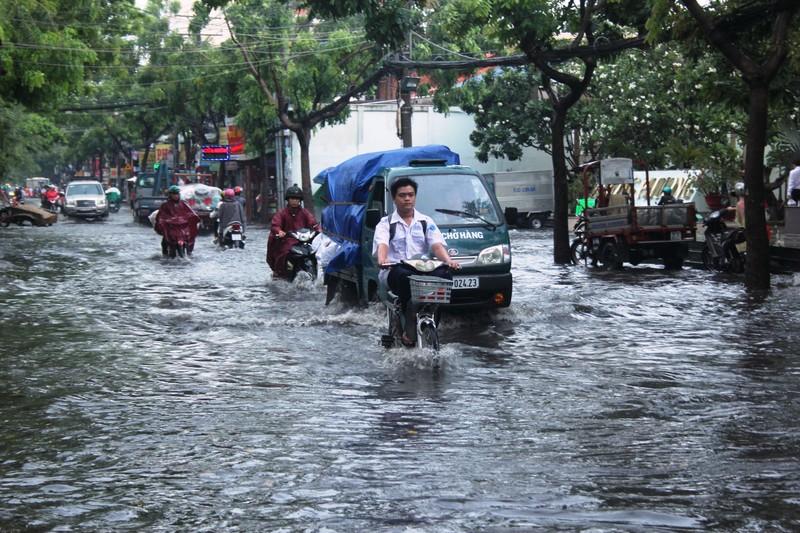 Mưa nửa tiếng đường ngập như sông, xe cộ bì bõm trong nước cống - ảnh 4