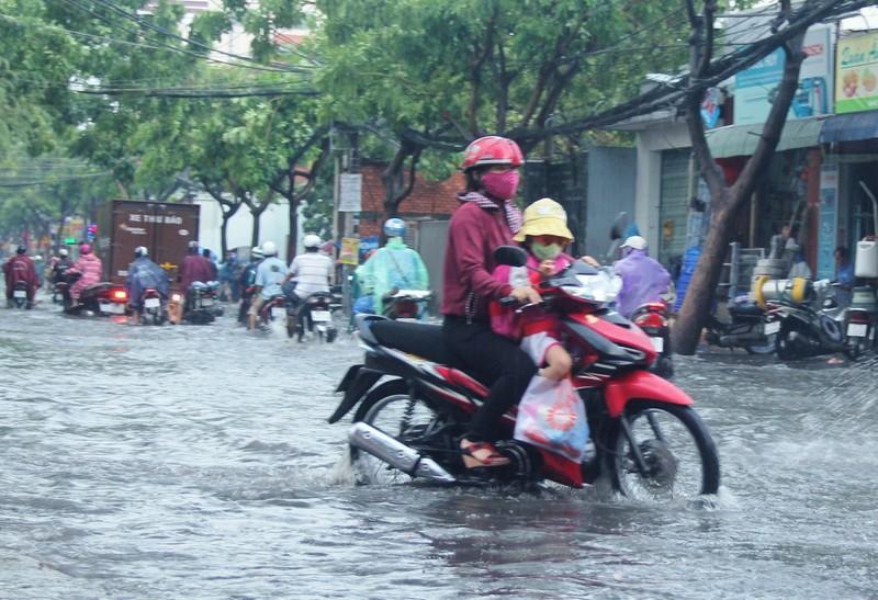 Mưa nửa tiếng đường ngập như sông, xe cộ bì bõm trong nước cống - ảnh 6