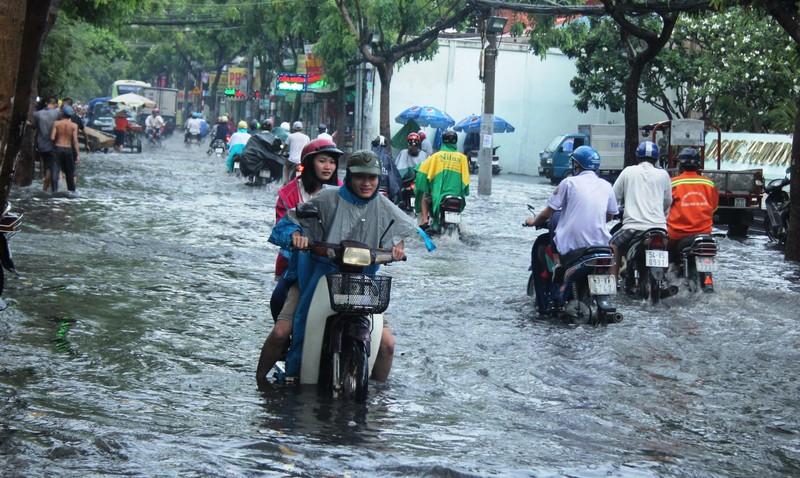 Mưa nửa tiếng đường ngập như sông, xe cộ bì bõm trong nước cống - ảnh 5