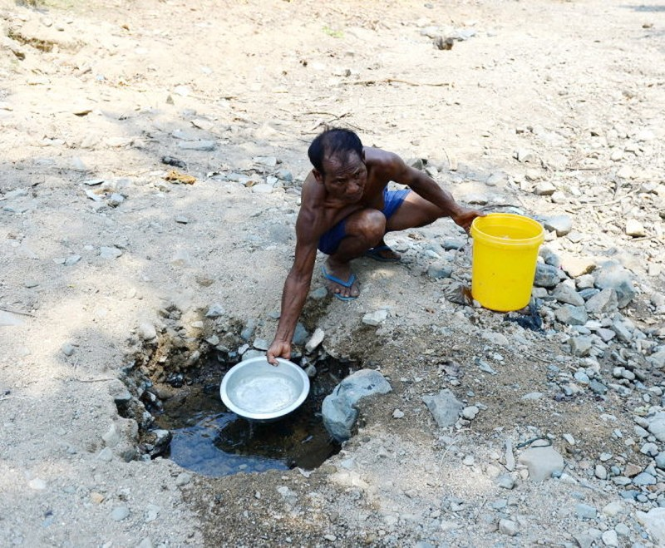 Những cái giếng cạn được khoét giữa dòng suối đã trơ đáy ở thôn Rã Giữa, xã Phước Trung - Ảnh: Thuận Thắng