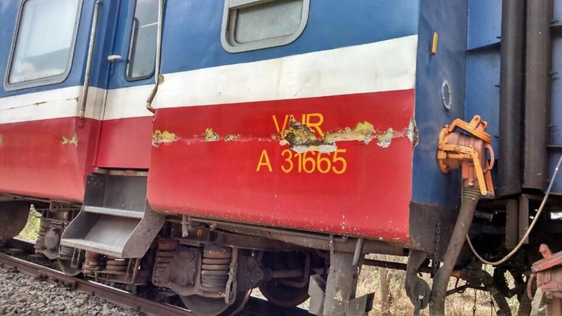 Cố băng qua đường ray, xe tải tông vào tàu hỏa tài xế nguy kịch      - ảnh 2