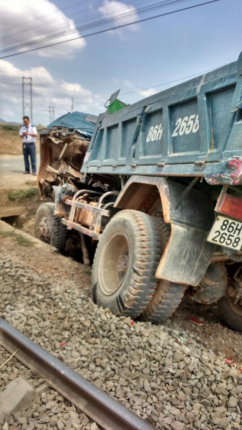 Cố băng qua đường ray, xe tải tông vào tàu hỏa tài xế nguy kịch      - ảnh 4