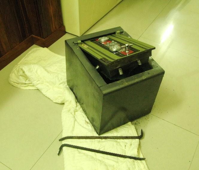 Chiếc két sắt chứa tài sản trị giá hàng tỉ đồng đã bị băng trộm phá ra - Ảnh: G.Minh chụp lại