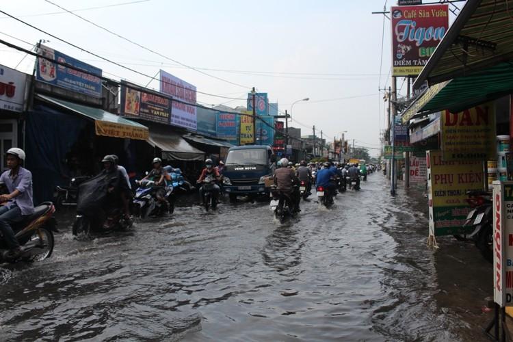 Người Sài Gòn 'gồng mình' sau cơn mưa lớn - ảnh 2