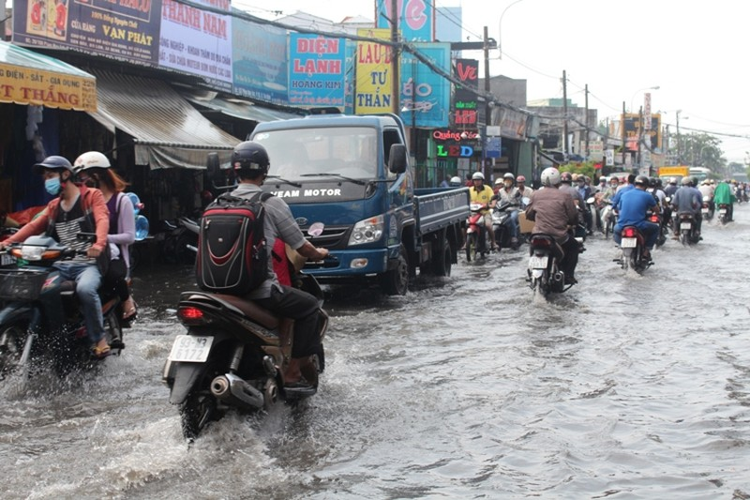 Người Sài Gòn 'gồng mình' sau cơn mưa lớn - ảnh 3
