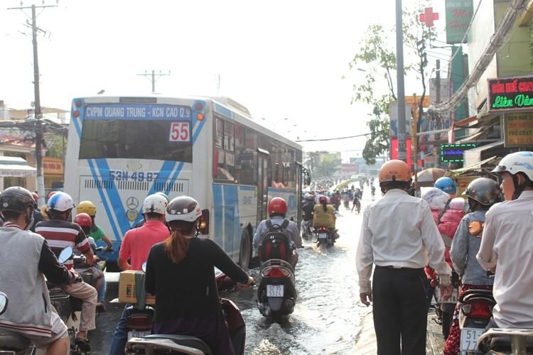 Người Sài Gòn 'gồng mình' sau cơn mưa lớn - ảnh 4