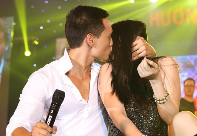 Kim Lý - Trương Ngọc Ánh ngồi bệt và hôn nhau trên sân khấu