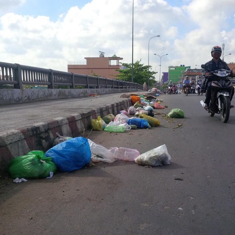 Rác thải vứt ngổn ngang trên cầu Chợ Cầu - ảnh 1
