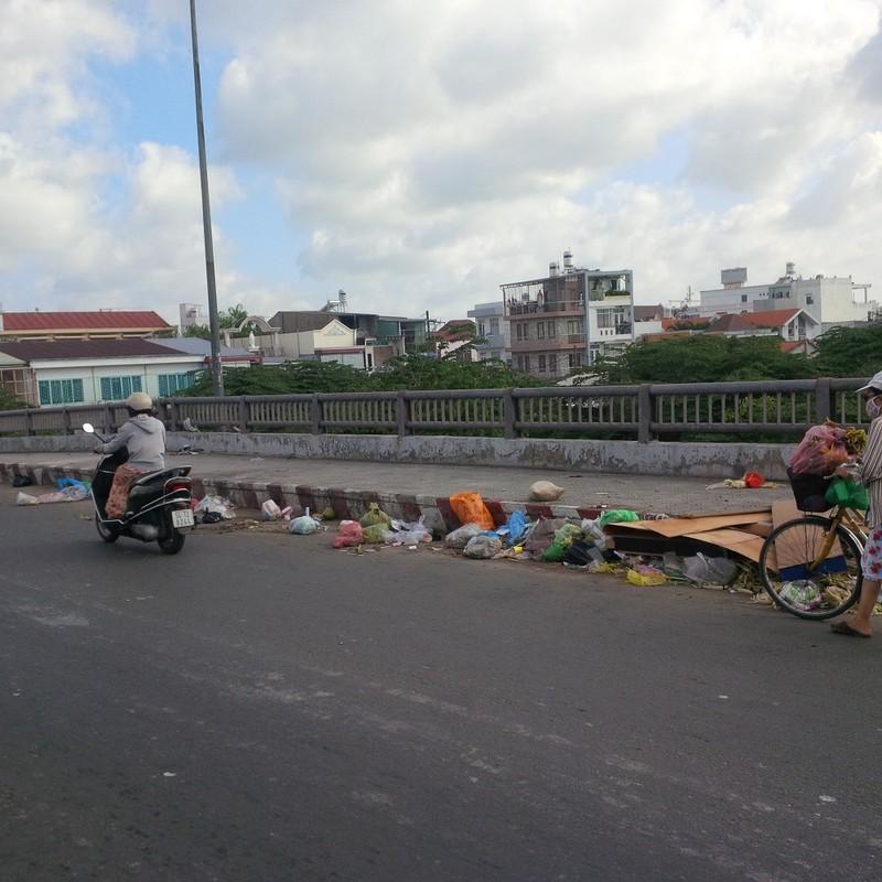 Rác thải vứt ngổn ngang trên cầu Chợ Cầu - ảnh 2