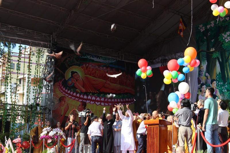 TP.HCM, Huế người dân đón mừng lễ Phật đản - ảnh 11