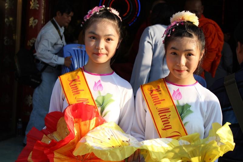 TP.HCM, Huế người dân đón mừng lễ Phật đản - ảnh 14