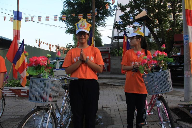 TP.HCM, Huế người dân đón mừng lễ Phật đản - ảnh 15