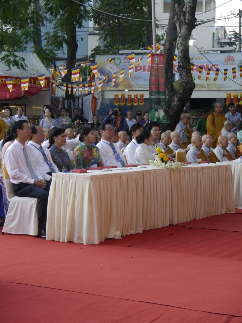 TP.HCM, Huế người dân đón mừng lễ Phật đản - ảnh 2