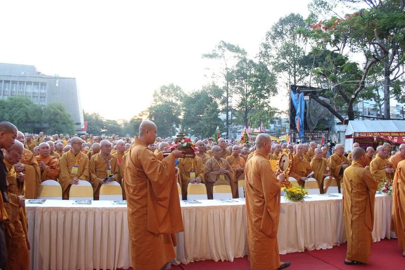 TP.HCM, Huế người dân đón mừng lễ Phật đản - ảnh 4
