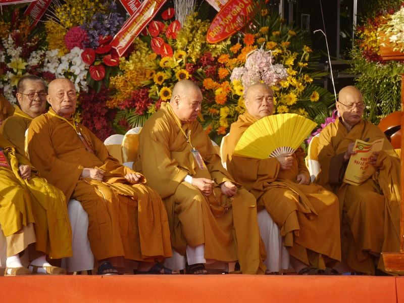 TP.HCM, Huế người dân đón mừng lễ Phật đản - ảnh 5