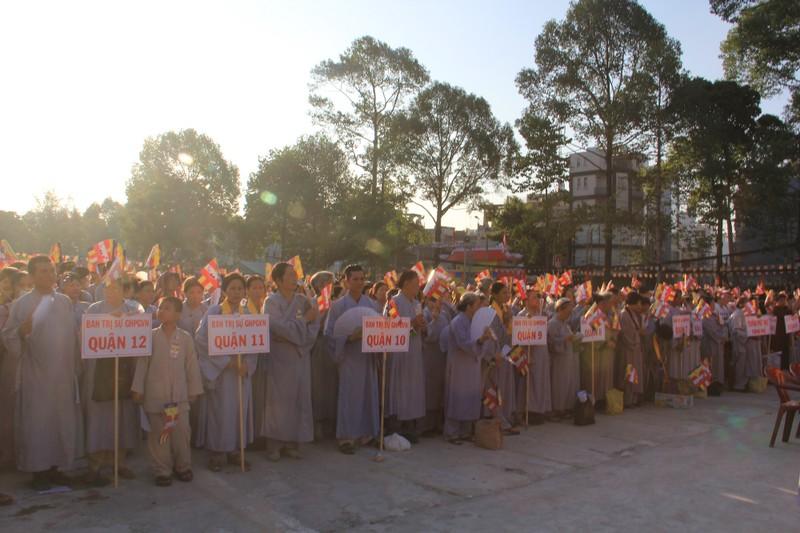 TP.HCM, Huế người dân đón mừng lễ Phật đản - ảnh 7