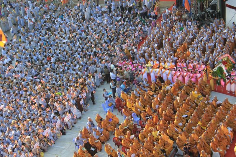 TP.HCM, Huế người dân đón mừng lễ Phật đản - ảnh 8