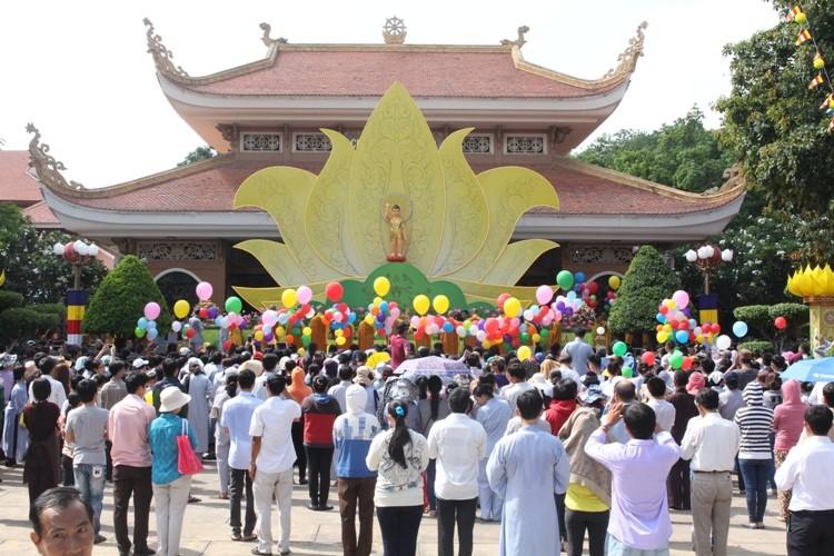 TP.HCM, Huế người dân đón mừng lễ Phật đản - ảnh 19