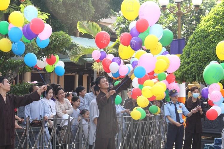 TP.HCM, Huế người dân đón mừng lễ Phật đản - ảnh 20