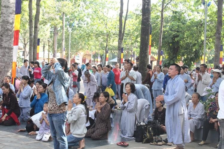 TP.HCM, Huế người dân đón mừng lễ Phật đản - ảnh 17