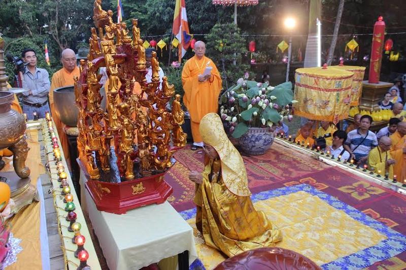 TP.HCM, Huế người dân đón mừng lễ Phật đản - ảnh 22