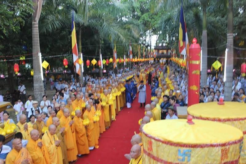 TP.HCM, Huế người dân đón mừng lễ Phật đản - ảnh 23