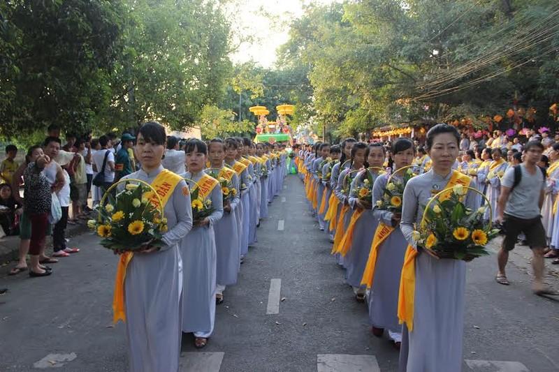 TP.HCM, Huế người dân đón mừng lễ Phật đản - ảnh 25