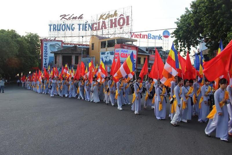 TP.HCM, Huế người dân đón mừng lễ Phật đản - ảnh 26