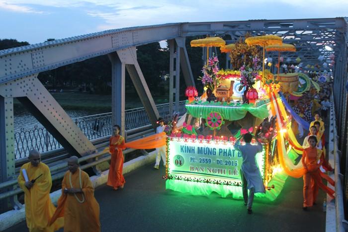 TP.HCM, Huế người dân đón mừng lễ Phật đản - ảnh 27