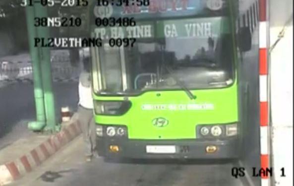 Camera quay được nghi can đâm thấu bụng nhân viên xe buýt - ảnh 1