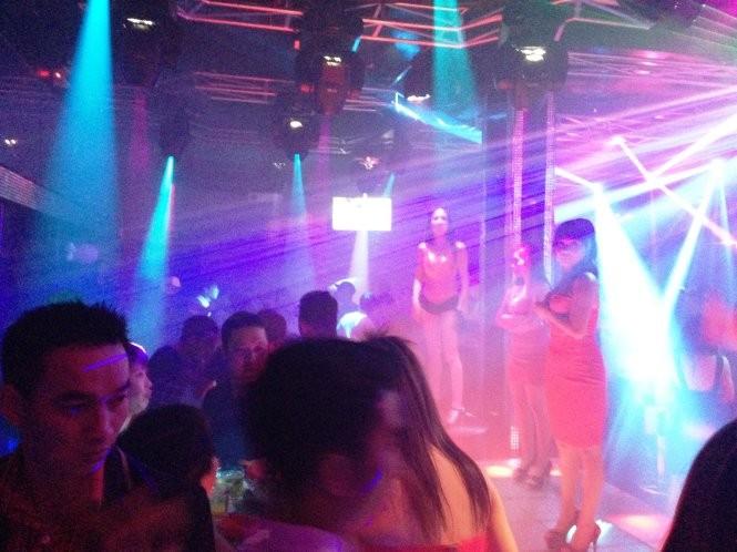 Các vũ công biểu diễn ở một quán bar tại quận 7, TP.HCM - Ảnh: Hải Hiếu