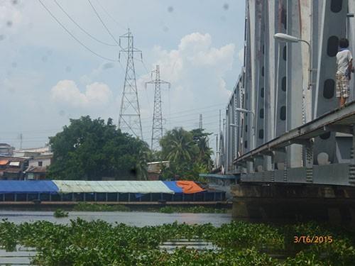 Tàu mắc kẹt dưới cầu đường sắt Bình Lợi  - ảnh 1