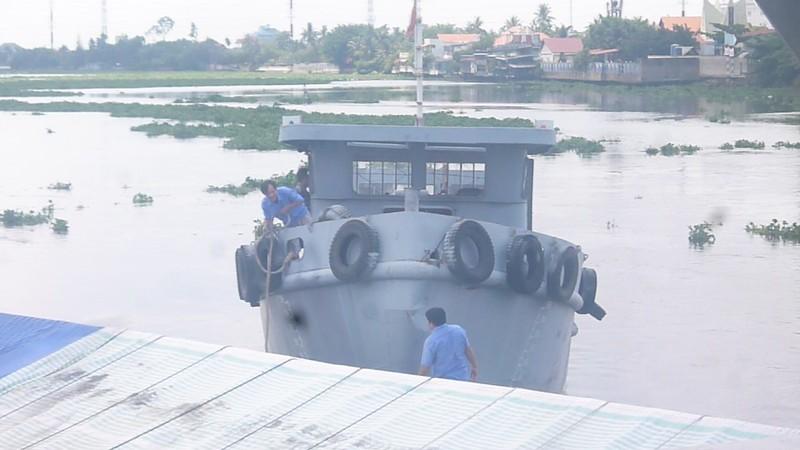 Tàu mắc kẹt dưới cầu đường sắt Bình Lợi  - ảnh 3