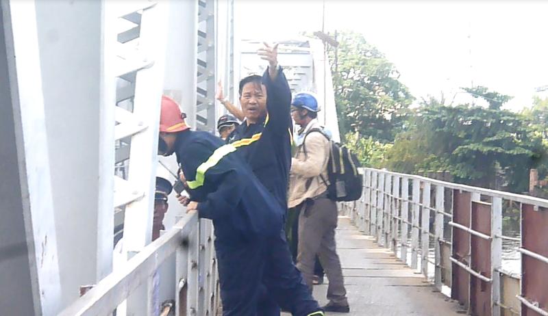 Tàu mắc kẹt dưới cầu đường sắt Bình Lợi  - ảnh 4