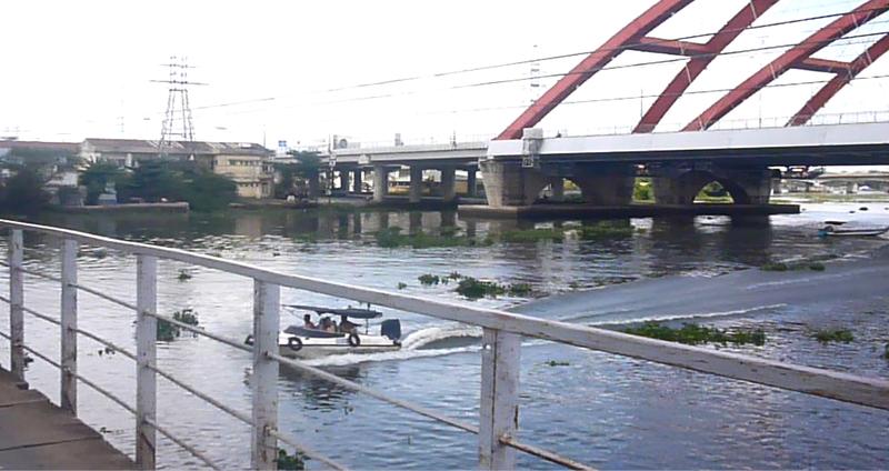 Tàu mắc kẹt dưới cầu đường sắt Bình Lợi  - ảnh 5