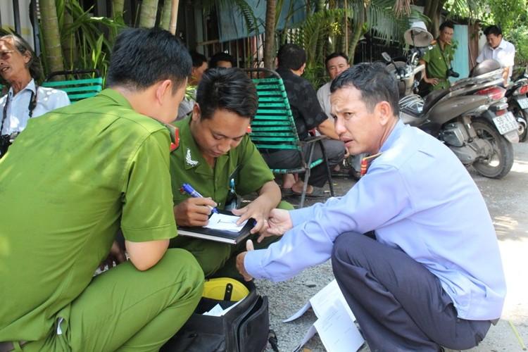 Công an dựng lại hiện trường vụ hai phóng viên bị hành hung - ảnh 4