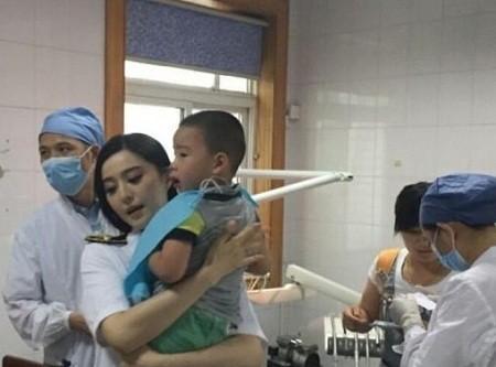 Phạm Băng Băng đưa bé trai gặp tai nạn tới bệnh viện cấp cứu